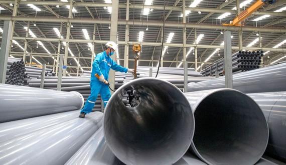 Công ty Nhựa Hoa Sen sản xuất ống nhựa chuyên dùng có đường  kính lớn  Ảnh: HOÀNG HÙNG