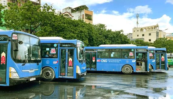 Xe buýt sử dụng khí nén thiên nhiên (CNG) chờ giờ xuất bến tại Bến xe Chợ Lớn Ảnh: HOÀNG HÙNG