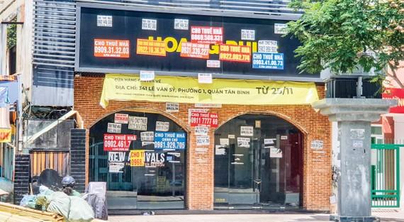 Một căn nhà mặt tiền đường Lê Văn Sỹ (quận Tân Bình) treo bảng cho thuê từ nhiều tháng qua. Ảnh: BÌNH MINH
