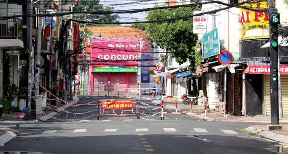 Lập chốt cứng trên đường Rạch Bùng Binh, quận 3, Thành phố Hồ Chí Minh. (Ảnh: Thanh Vũ/TTXVN)
