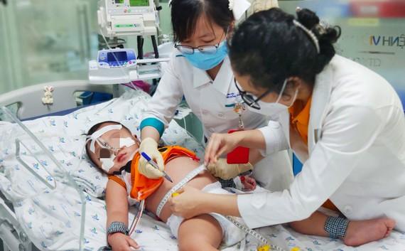 Các bác sĩ Bệnh viện Nhi đồng Thành phố chăm sóc  bệnh nhi mắc sốt xuất huyết nặng