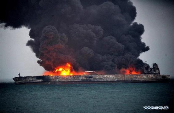 Tàu chở dầu của Iran bị bốc cháy sau khi va chạm với một tàu vận tải trên biển Hoa Đông .Ảnh: Xinhua