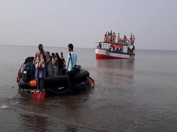 Hoạt động cứu hộ đang diễn ra. Ảnh : TIMES OF INDIA
