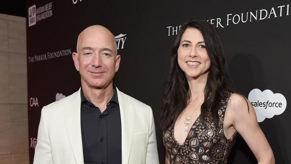 Vợ chồng tỷ phú Jeff Bezos. Ảnh: MyDaytonDailyNews.com