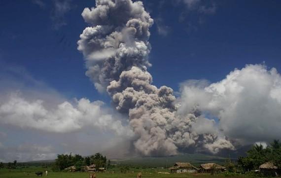 Trong những ngày vừa qua, các dòng nham thạch cao từ 200-500m đã liên tiếp phun trào tại núi lửa Mayon. Ảnh: Radio New Zealand