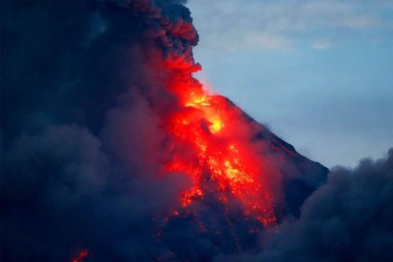 Núi lửa Mayon phun nham thạch. Ảnh: Philstar.com