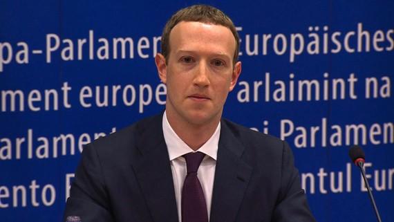 Ông Zuckerberg đã đề nghị các nghị sĩ châu Âu được trả lời sau một số câu hỏi. Ảnh: Los Angeles Times