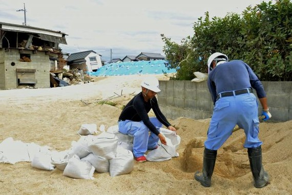 Người dân chuẩn bị bao cát chống bão lũ ở thành phố Kurashiki phía Tây Nhật Bản đề phòng Cimaron. Ảnh: AP