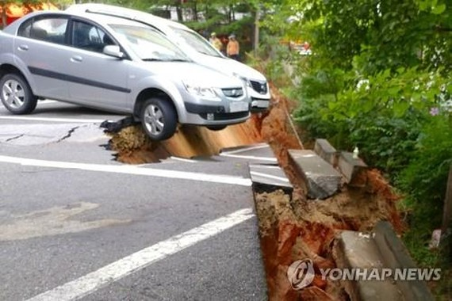 Khu vực đỗ xe của tòa nhà xuất hiện các vết nứt lớn. Ảnh: Yonhap