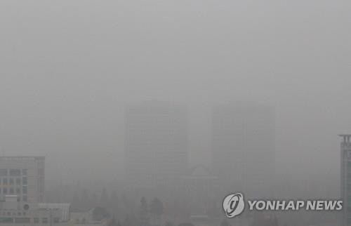 Thành phố Seoul khuất trong màn bụi. Ảnh: Yonhap