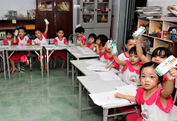 Giờ uống sữa tại Trung tâm mồ côi Đức Sơn, Thừa Thiên Huế trong từ chương trình Quỹ sữa Vươn cao Việt Nam
