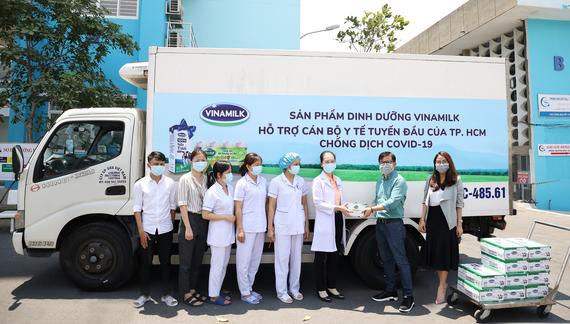 Lãnh đạo Sở Y tế và Mặt trận Tổ quốc TP.Hà Nội tiếp nhận 50.000 bộ lấy mẫu xét nghiệm Covid-19, tương đương 5 tỷ đồng từ đại diện Vinamilk