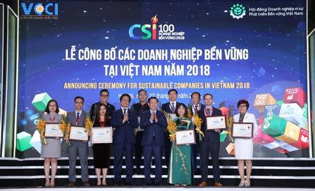 Ông Nguyễn Chí Cường,Giám đốc Nhà máy Sữa Tiên Sơn(hàng trên, thứ 2 từ phải sang) đại diện Vinamilk tham dựLễ công bố Doanh nghiệp bền vững tại Việt Nam