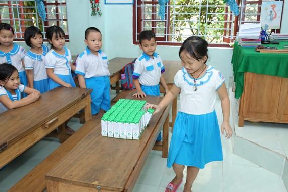 Chương trình Sữa học đường được tỉnh Quảng Nam và Vinamilk triển khai từ tháng 6-2020 dành cho 33.000 trẻ em thuộc 6 huyện miền núi của tỉnh