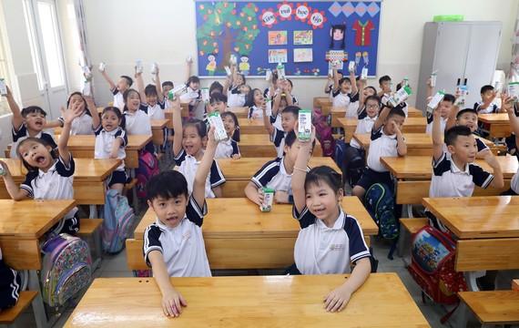 """Chương trình Sữa học đường được tích cực triển khai, đảm bảo học sinh được uống sữa đầy đủ khi đến trường """"mùa dịch"""""""