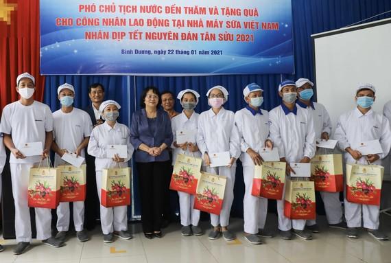 Phó Chủ tịch nước Đặng Thị Ngọc Thịnh trao quà Tết cho người lao động và con em của nhân viên Nhà máy sữa Vinamilk tại Bình Dương