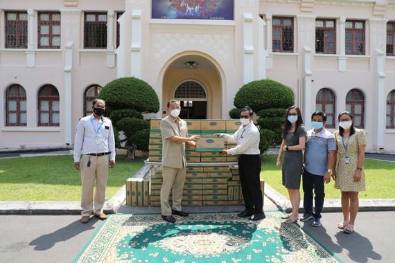 Angkormilk trao tận tay 1.000 thùng sữa cho đại diện chính quyền Phnom Penh