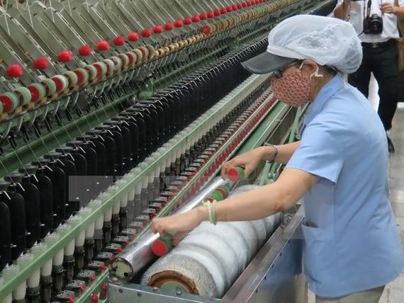 Dây chuyền sản xuất khép kín từ bông, sợi, dệt tại Công ty Cổ phần Dệt may Huế. (Ảnh: Quốc Việt/TTXVN)