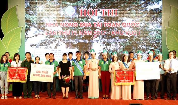 Ban tổ chức Hội thi Nhà nông đua tài toàn quốc (khu vực 1) trao bằng khen cho các đội đạt giải cao.