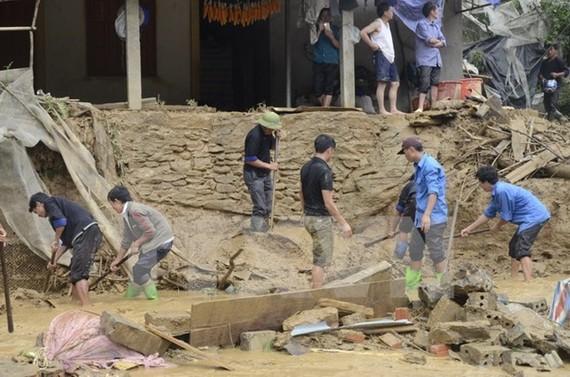 Lực lượng chức năng và người dân khẩn trương khắc phục hậu quả thiên tai tại huyện Mù Cang Chải.