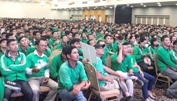 Hàng trăm tài xế GrabBike tập trung nghe hãng thông báo điều chỉnh chính sách tại một hội trường ở Hà Nội hôm 13-8 - Ảnh chụp lại từ clip trên diễn đàn của GrabBike
