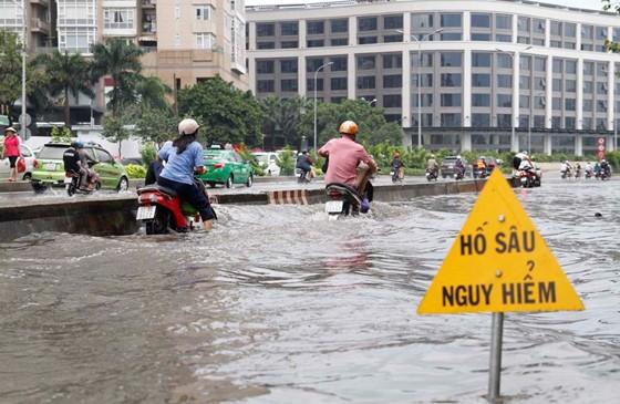 Đường Nguyễn Hữu Cảnh (TP.HCM) thường xuyên ngập sâu sau những trận mưa lớn