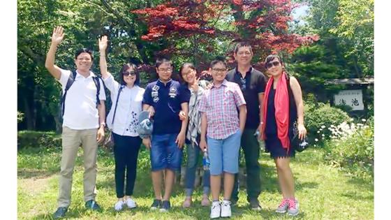 Du khách Việt Nam thích thú với cây phong lá đỏ ở một làng cổ dưới chân núi Phú Sĩ, Nhật Bản. Ảnh: H.HÀ