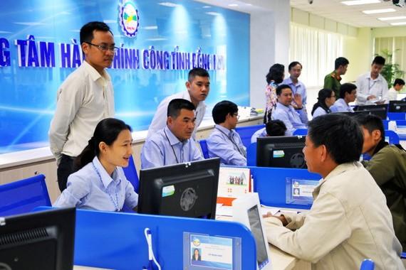 Người dân đến làm thủ tục hành chính tại trung tâm hành chính công tỉnh Đồng Nai - Ảnh: A LỘC