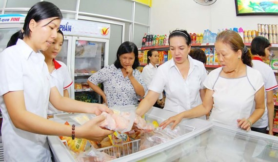 Cửa hàng tiện lợi cung cứng hàng hóa đa dạng và thuận lợi để người mua sắm .