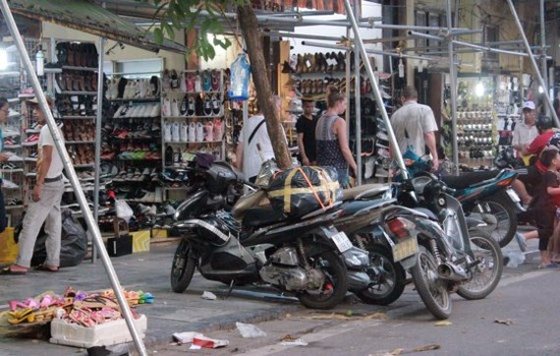 Vỉa hè tại khu vực phố cổ thuộc quận Hoàn Kiếm bị lấn chiếm bừa bãi