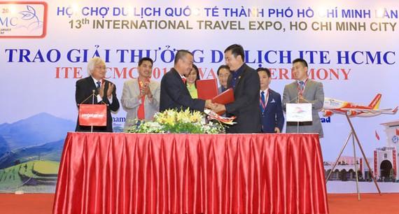 Ông Lưu Đức Khánh - Giám đốc Điều hành Vietjet và Ông Bùi Tá Hoàng Vũ - Giám đốc Sở Du lịch TP HCM thực hiện ký kết dưới sự chứng kiến của Bà Nguyễn Thị Thu - Thành ủy viên, Phó chủ tịch UBND TP.HCM.