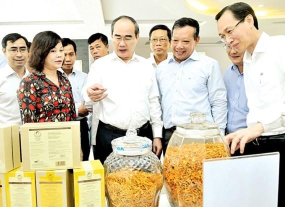 Bí thư Thành ủy TPHCM Nguyễn Thiện Nhân xem sản phẩm nông nghiệp công nghệ cao