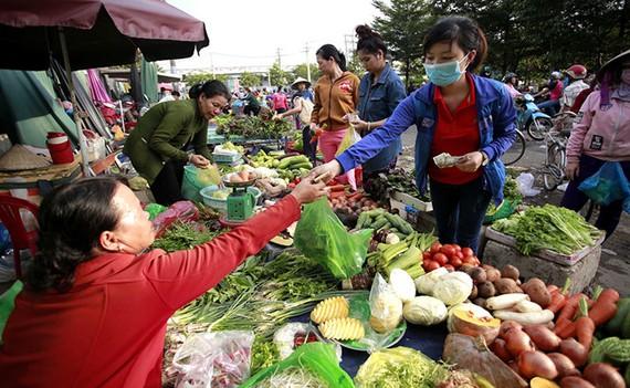 Công nhân khu công nghiệp Tân Tạo (TP.HCM) mua rau sau giờ tan ca