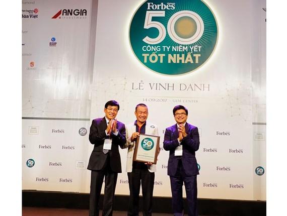 Giám đốc điều hành Vietjet Lưu Đức Khánh nhận chứng nhận từ Forbes