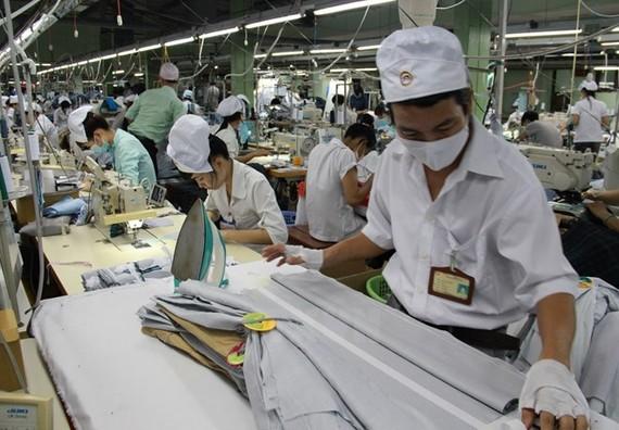Sản xuất may mặc xuất khẩu tại Công ty TNHH MTV May mặc Bình Dương.
