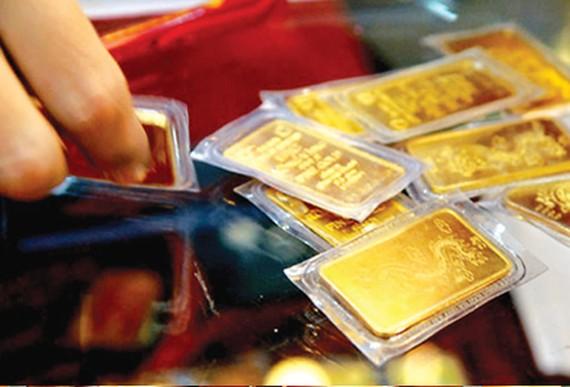 Vàng thế giới rớt mạnh, vàng trong nước vẫn dửng dưng