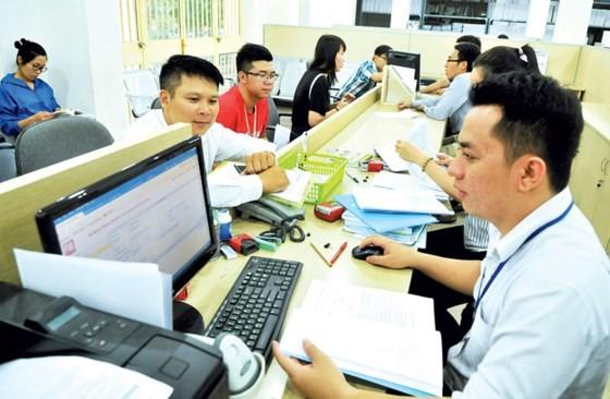 Giải quyết hồ sơ đăng ký kinh doanh tại Phòng Đăng ký kinh doanh Sở Kế họach và Đầu tư TPHCM. Ảnh: Cao Thăng