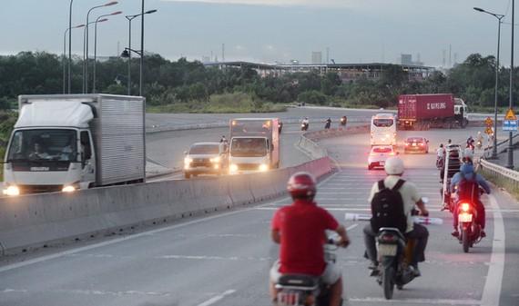 Đường vành đai 2, đoạn từ cầu Phú Hữu sẽ được xây dựng (hướng bên trái) nối tiếp đến ngã tư Bình Thái, Q.9, TP.HCM - Ảnh: T.T.D.