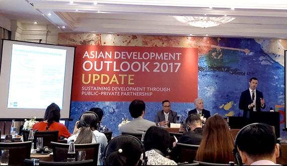 Các chuyên gia ADB công bố báo cáo cập nhật về kinh tế Việt Nam sáng 26-9 tại Hà Nội