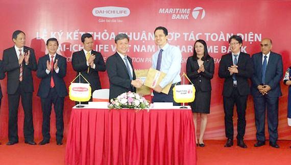 Ông Trần Đình Quân (Tổng Giám đốc Dai-ichi Việt Nam) và Huỳnh Bửu Quang (Tổng Giám đốc Maritime Bank) cùng ký kết thỏa thuận hợp tác toàn diện.