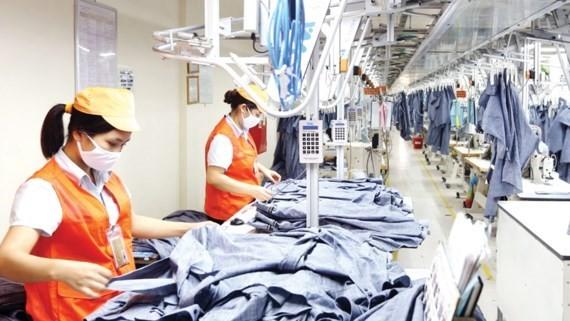 Sản xuất hàng may mặc tại Công ty May 10. Ảnh LÃ ANH