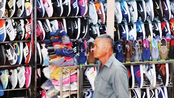 Giày nhái thương hiệu nổi tiếng bày bán tràn lan trên thị trường. Ảnh: THÀNH TRÍ