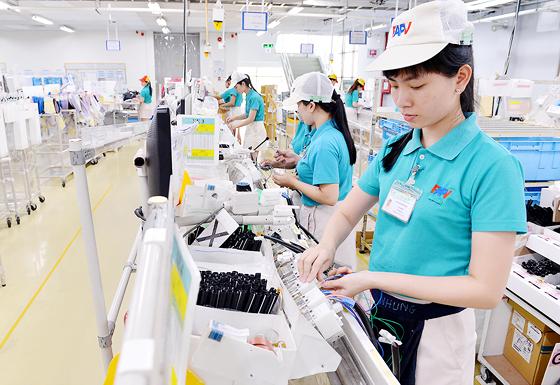 Dây chuyền sản xuất của Công ty FAPV (Nhật Bản) tại KCX Tân Thuận. Đây là một trong những công ty lớn nhất của KCX Tân Thuận với thời gian hoạt động đã 20 năm và quy mô gần 7.000 công nhân. Ảnh:  VIỆT DŨNG