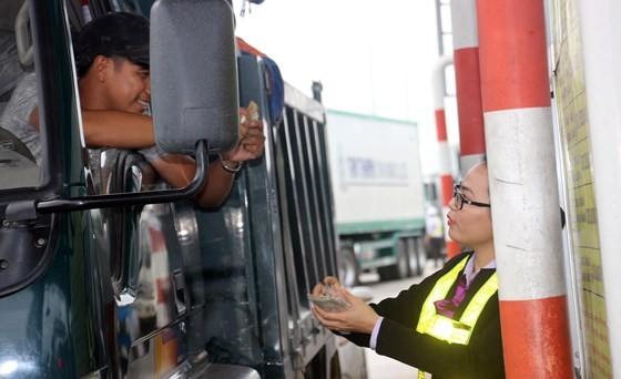 Tài xế dùng tiền lẻ mua vé qua trạm BOT, khiấn nhân viên bán vé đếm mỏi tay