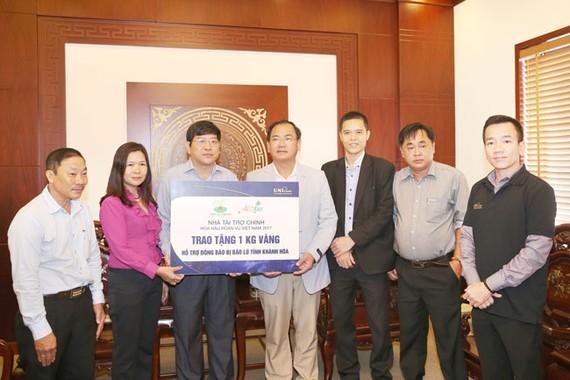 Ông Từ Văn Phước _ CTHĐQT trao tặng 1 kg vàng 9999 nhằm hỗ trợ các công tác cứu trợ.