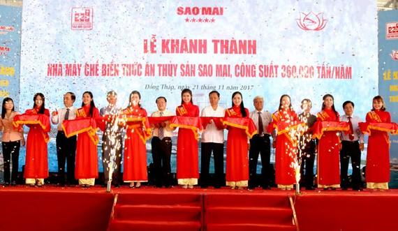 Ông Lê Thanh Thuấn - Chủ tịch HĐQT Sao Mai Group cùng lãnh đạo Sở ban ngành các tỉnh An Giang, Đồng Tháp, Cần Thơ thực hiện nghi thức cắt băng khánh thành.