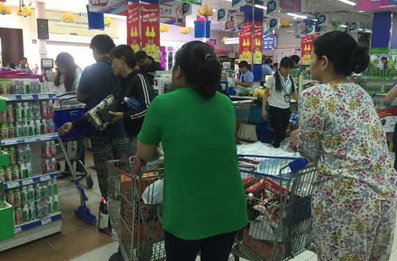 Khách hàng chờ tính tiền tại Co.opmart Nguyễn Đình Chiểu (Q.3, TP.HCM) ngày đầu khuyến mãi