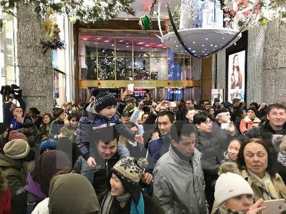 Khách hàng xếp hàng chờ mua sắm bên ngoài cửa hiệu Macys tại New York, Mỹ ngày 23/11. (Ảnh: Kyodo/TTXVN)