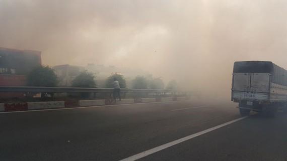 Tình trạng khói đốt đồng gây ra TNGT liên hoàn trên cao tốc TPHCM – Long Thành – Dầu Giây vào chiều 3-4.