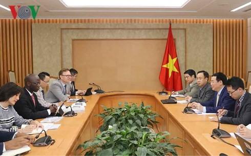 Phó Thủ tướng Vương Đình Huệ làm việc với Giám đốc quốc gia Ngân hàng Thế giới (WB) tại Việt Nam Ousmane Dione.
